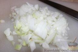 Куриные сердечки с овощами и грибами (в горшочке): Луковицу порезать кусочками.