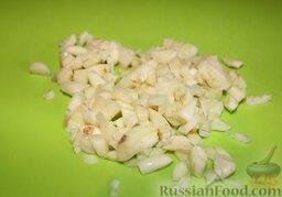 Куриные сердечки с овощами и грибами (в горшочке): Нарезать чеснок.