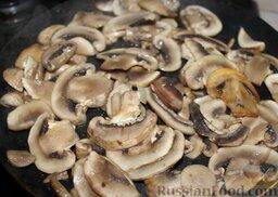 Куриные сердечки с овощами и грибами (в горшочке): Порезать шампиньоны и обжарить отдельно до золотистого цвета.