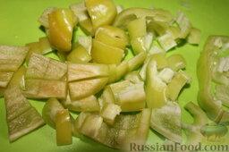 Куриные сердечки с овощами и грибами (в горшочке): Болгарский перец очистить от семян и нарезать небольшими кусочками.