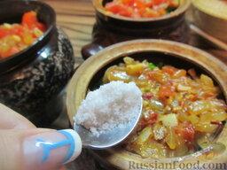 Куриные сердечки в горшочках, с овощами: Насыпаем соль в горшочки. Примерно необходимо добавить неполную чайную ложку (для крупного горшочка).