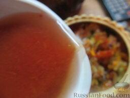 Куриные сердечки в горшочках, с овощами: Наливаем немного воды или томатного сока в горшочки.