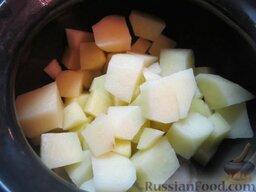 Куриные сердечки в горшочках, с овощами: Нарезаем очищенный картофель (лучше делать кусочки небольшими). Распределяем картофель поверх сердечек.
