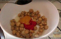 Восточный суп с кунжутом и маринованными шампиньонами: После того, как маринованные шампиньоны слегка обжарятся, добавляем соевый соус, мед, томатную пасту и перемешиваем.