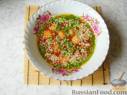 Восточный суп с кунжутом и маринованными шампиньонами: Добавляем мелко нарезанный зеленый лук.   Готовый восточный суп с грибами посыпаем кунжутом.  Приятного аппетита!