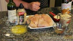 Сочные куриные грудки в хрустящей панировке (в духовке): Подготавливаем ингредиенты для куриных грудок в хрустящей панировке.   Куриные грудки должны быть примерно одинакового веса и размера.   Хлебные крошки можно приготовить самостоятельно, но они должны быть достаточно крупными.   Сливочное масло растапливаем.