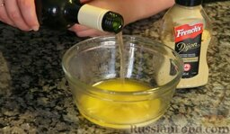 Сочные куриные грудки в хрустящей панировке (в духовке): Вливаем примерно 2 ст. ложки вина.