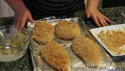Сочные куриные грудки в хрустящей панировке (в духовке): Куриные грудки в панировке выкладываем на противень.
