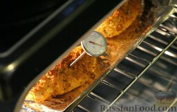 Сочные куриные грудки в хрустящей панировке (в духовке): Отправляем куриные грудки в духовку, разогретую до 200 градусов, на 20-25 минут.   Чтобы убедиться, что куриные грудки готовы, протыкаем филе ножом, и если вытекает прозрачный сок - значит куриные грудки готовы. (Также можно воспользоваться специальным термометром: измеряем температуру - она должна достигнуть 74 градусов.)