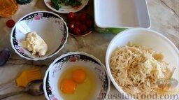 Картофельная запеканка с фрикадельками: Подготовить необходимые ингредиенты для картофельной запеканки с фрикадельками.   Картофель заранее почистить и помыть, натереть на крупной тёрке.