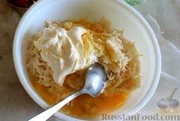 Картофельная запеканка с фрикадельками: Как приготовить картофельную запеканку с фрикадельками в духовке:    Яйца взбить и добавить к тёртому картофелю, туда же добавить майонез.