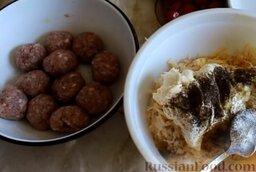 Картофельная запеканка с фрикадельками: Мясной фарш также посолить, поперчить и отбить, бросая на поверхность стола. Из мясного фарша сформировать фрикадельки.