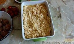 Картофельная запеканка с фрикадельками: Жаропрочную форму обильно смазать растительным маслом и выложить туда картофельную массу, разровнять.