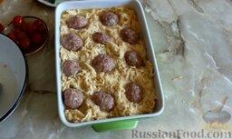 Картофельная запеканка с фрикадельками: Затем с помощью столовой ложки сделать небольшие углубления и выложить фрикадельки, чтобы они были наполовину погружены в картофельную массу.