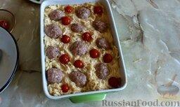 Картофельная запеканка с фрикадельками: Слегка придавливая, выложить маринованные помидоры.