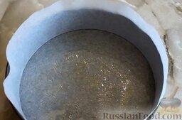Маковый творожник: Дно и бока разъемной формы для выпечки (24 см) застелить пергаментной бумагой, смазать растительным маслом.
