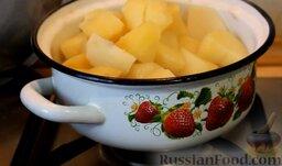 Картофельные биточки: Как приготовить картофельные биточки с сыром:  Картофель почистить, помыть, нарезать осьмушками и отварить в подсоленной воде. Слить воду и оставить остывать.