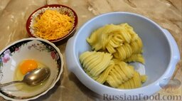 Картофельные биточки: Остывший картофель перекрутить через мясорубку. Сыр натереть на крупной тёрке.