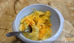 Картофельные биточки: Яйцо взбить и соединить с картофелем, туда же высыпать тёртый сыр. Хорошо размешать.