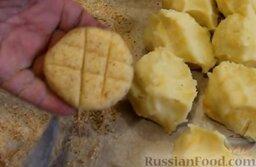 Картофельные биточки: Каждую заготовку обвалять в панировочных сухарях и сделать неглубокие надрезы в виде решетки.