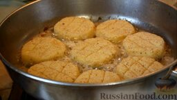 Картофельные биточки: На разогретую сковороду выложить картофельные биточки.