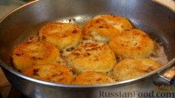 Картофельные биточки: Обжарить картофельные биточки с двух сторон до золотистого цвета. Жарить на средне-сильном огне.