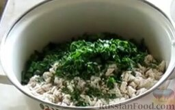 Окрошка на кефире, с минеральной водой: Как приготовить окрошку на кефире, с газированной водой:    В глубокую емкость поместить картофель, редис, огурцы, яичные белки, мясо, укроп и петрушку.