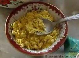 Окрошка на кефире, с минеральной водой: Желтки соединить с горчицей и размять вилкой.