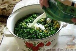 Окрошка на кефире, с минеральной водой: Влить кефир.