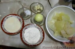 Капустные котлеты (без яиц): Подготовить ингредиенты для капустных котлет.   Капустные листья отделить от кочана, залить холодной водой и варить 10 минут. Воду слить.  Лук и чеснок почистить, помыть.