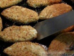 Капустные котлеты (без яиц): Выложить котлеты из капусты в горячее растительное масло.