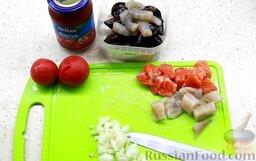Рыбный суп буйабес: Чтобы приготовить рыбный суп буйабес, сначала подготовим продукты.   Готовим буйабес из рыбы и морепродуктов, таких как: судак, форель, хвосты тигровых креветок и мидии.  Лук очистить и нарезать крупным кубиком.