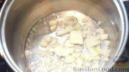 Рыбный суп буйабес: Как приготовить рыбный суп буйабес:    Включив максимальный огонь, спассеровать (в кастрюле) лук на растительном масле.