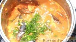 Рыбный суп буйабес: Добавить мелко нарезанный чеснок и свежий базилик.
