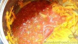 Перец фаршированный: Добавить томаты к оставшимся пассерованным овощам, дать закипеть.
