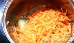 Перец фаршированный: Туда же добавить морковь и спассеровать овощи на растительном масле до золотистого цвета.