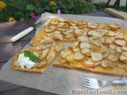 Морковный пирог с грушами: Морковный пирог с грушами готов. Подаем пирог на листе пергамента. Лучше всего сочетать морковный пирог с небольшими порциями мороженого.   Приятного аппетита!