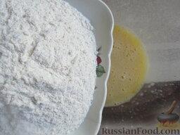 Морковный пирог с грушами: Всыпаем муку пшеничную.