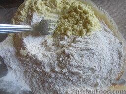 Морковный пирог с грушами: К ней добавляем кукурузную муку, ванилин и соль.
