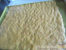Морковный пирог с грушами: Распределяем морковное тесто по противню или пергаменту.