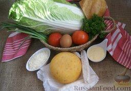 Сырный салат с пекинской капустой и сухариками: Подготовьте ингредиенты для салата с сыром, пекинской капустой и сухариками.
