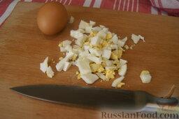 Сырный салат с пекинской капустой и сухариками: Яйца порежьте кусочками средней величины.