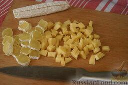 Сырный салат с пекинской капустой и сухариками: Сыр порежьте небольшими брусочками.   (Сыр для салатов можно заменить колбасным сыром или сыром на свой вкус.)