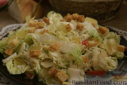 Сырный салат с пекинской капустой и сухариками: Теперь сырный салат можно выкладывать на большое блюдо, густо посыпать румяными сухарикам и оставшимся пармезаном.  Сырный салат с сухариками, пекинской капусой, яйцами и помидорами готов.