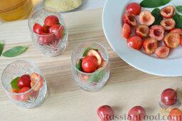 Десерт c черешней: Небольшие стеклянные емкости (рюмки, фужеры, креманки и т. д.) заполнить подготовленной черешней и листочками мяты.
