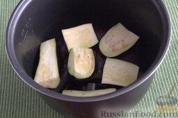 Баклажаны, запеченные в мультиварке (на зиму): Как заготовить на зиму баклажаны, запеченные в мультиварке:     Подготавливаем баклажаны: промываем плоды под водой, разрезаем каждый баклажан на 8 частей. Выливаем в чашу половину масла, выкладываем подготовленные сегменты баклажанов, поливаем их оставшимся маслом. Устанавливаем мультиварку на режим «Выпечка», время - 30 минут.