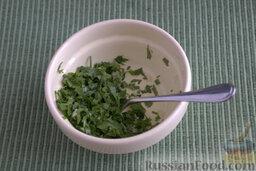 Баклажаны, запеченные в мультиварке (на зиму): Подготавливаем начинку: измельчаем зелень и чеснок, смешиваем компоненты.