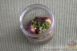Баклажаны, запеченные в мультиварке (на зиму): Выкладываем горячие плоды в предварительно прогретую тару. Посыпаем каждый слой смесью зелени и чеснока.