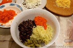 """Салат """"Юбилейный"""" с куриными сердечками: Подготовить все необходимые ингредиенты для салата из куриных сердечек.   Куриные сердечки отварить в подсоленной воде, затем мелко нарезать и обжарить с луком. Морковь и картофель заранее отварить до готовности, охладить и почистить. Натереть морковь на мелкой терке, оставив половину одной моркови для украшения. Картофель натереть на крупной терке. Яйца отварить вкрутую, почистить, отделить белки от желтков и натереть на мелкой терке. Огурец нарезать мелкими кубиками."""