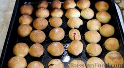 Мини-пирожки с вишней: Отправить пирожки с вишней в разогретую до 210 градусов духовку. Выпекать в течение 20 минут.